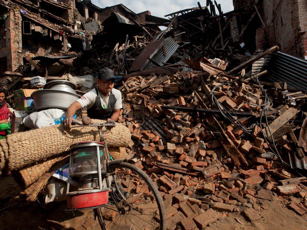 nyheder_naturkatastrofe_nepal_kolapset_bygning_mand_med_cykel