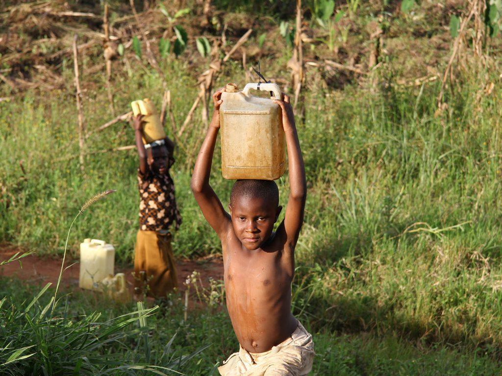 nyheder_udlandsbistand_drenge_hente_vand_i_floden_uganda