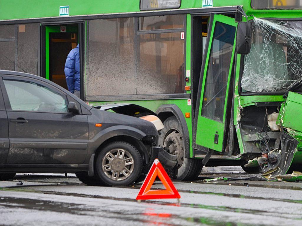 foerstehjaelp_til_koerekort_stort_uheld_med_bil_og_bus_advarselstrekant