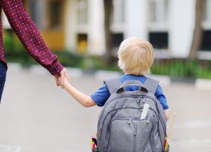 skolestart_barn med skoletaske